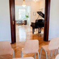 Musikzimmer und bestuhlte Galerie