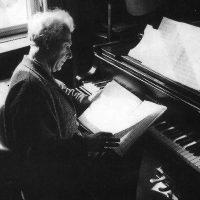 Gerhard Frommel beim Notenstudium am Flügel